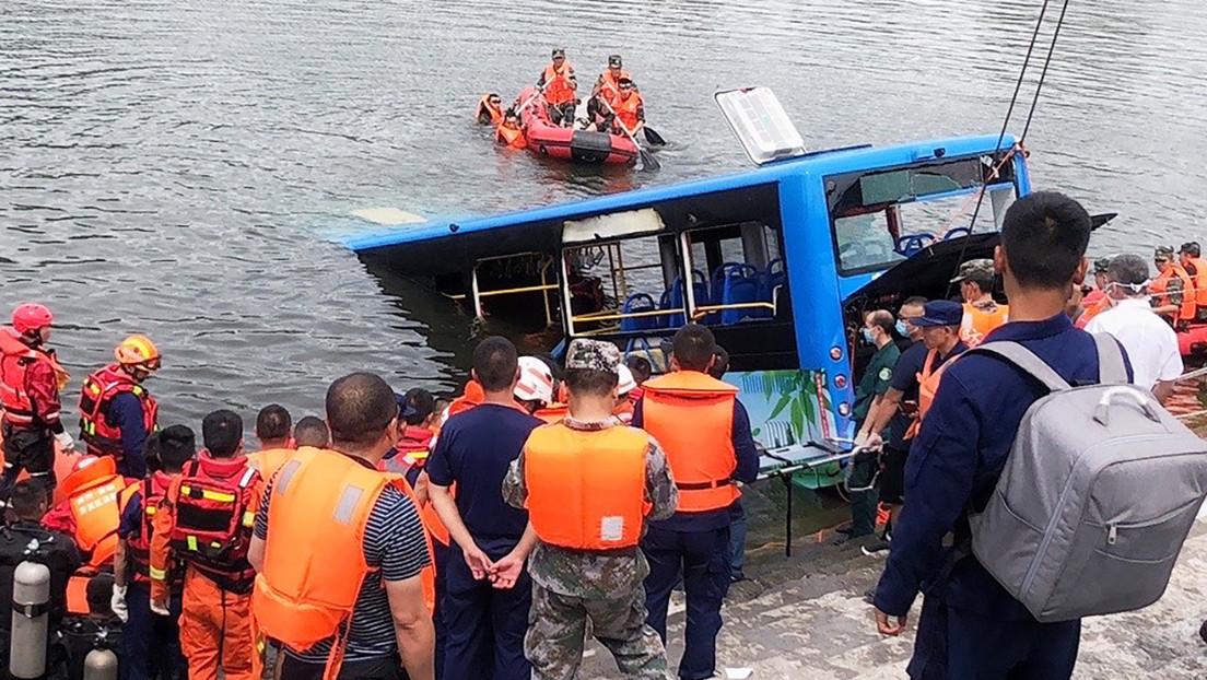 Descubren que el accidente de autobús que dejó 21 muertos al hundirse en un embalse en China fue causado a propósito por el conductor