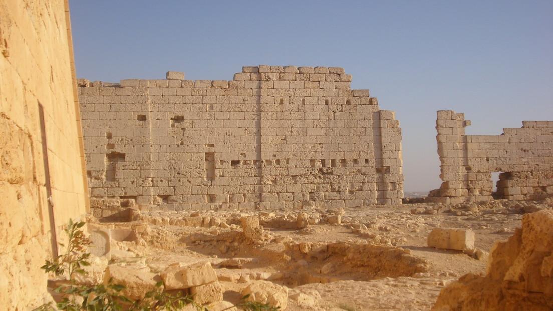 Hallan dos momias cubiertas de oro en un templo egipcio considerado el último reposo de Cleopatra