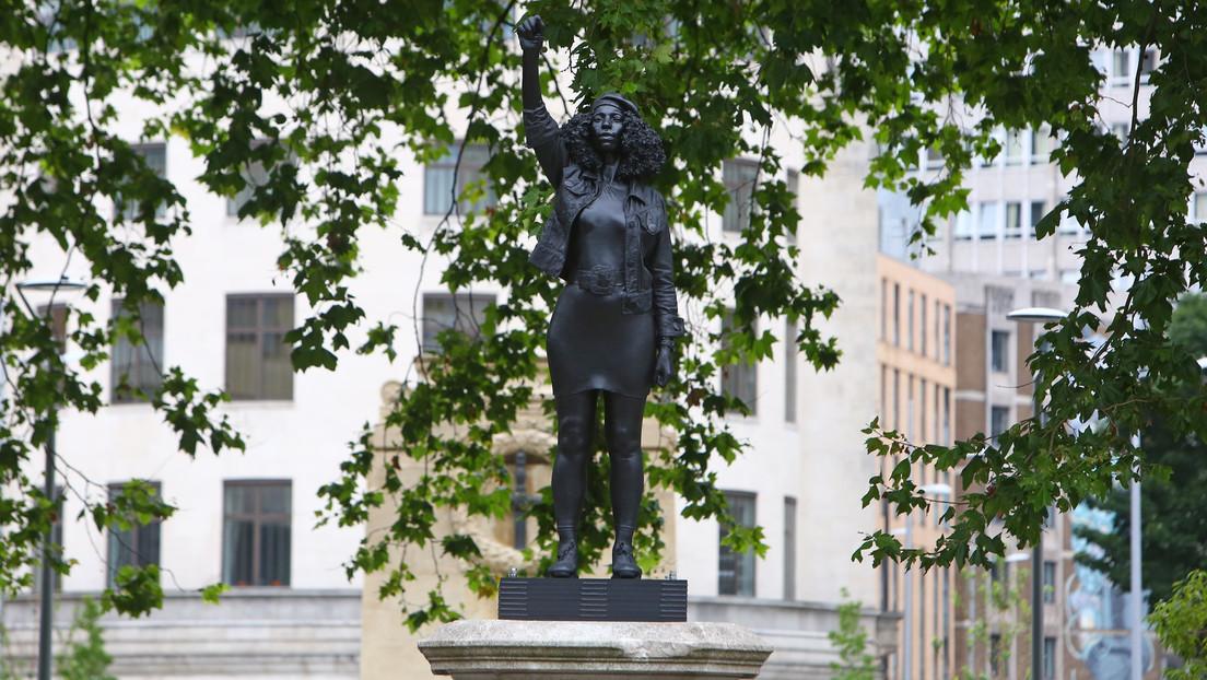 Reemplazan el monumento a un comerciante de esclavos derribando durante las protestas con una estatua a una activista de 'Black Lives Matter'