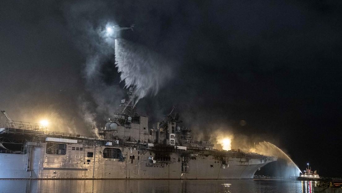 Logran apagar las llamas en un buque de asalto de EE.UU. 4 días después de iniciarse el incendio, pero se desconoce si podrán salvarlo