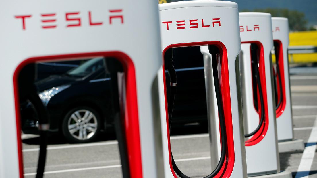 VIDEO: Despistado automovilista intenta cargar gasolina en un Tesla, provocando carcajadas entre los testigos