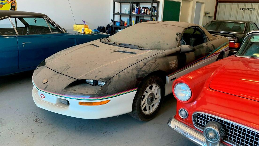 """FOTOS: Subastan un raro modelo de Chevrolet Camaro que fue olvidado 20 años en un garaje y """"todavía huele como nuevo"""""""