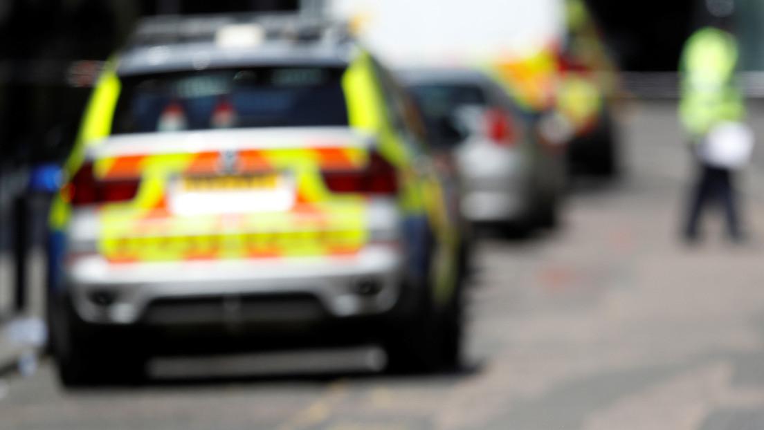 VIDEO: Un policía británico detiene a un hombre negro poniéndole la rodilla sobre el cuello