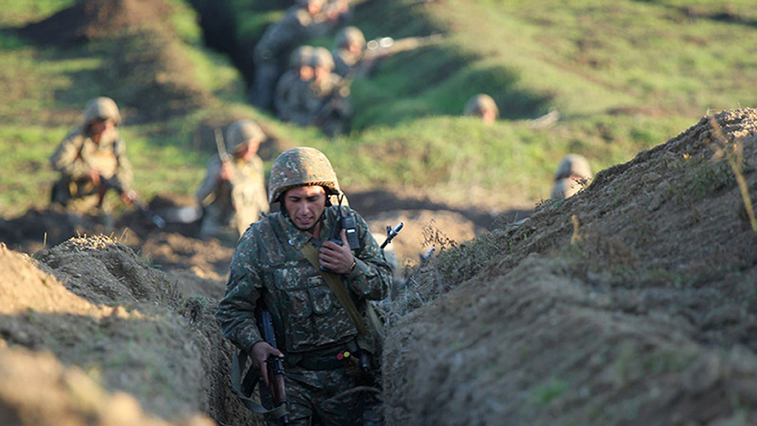 Las fuerzas azerbaiyanas transportan sus tanques dañados en los combates con Armenia