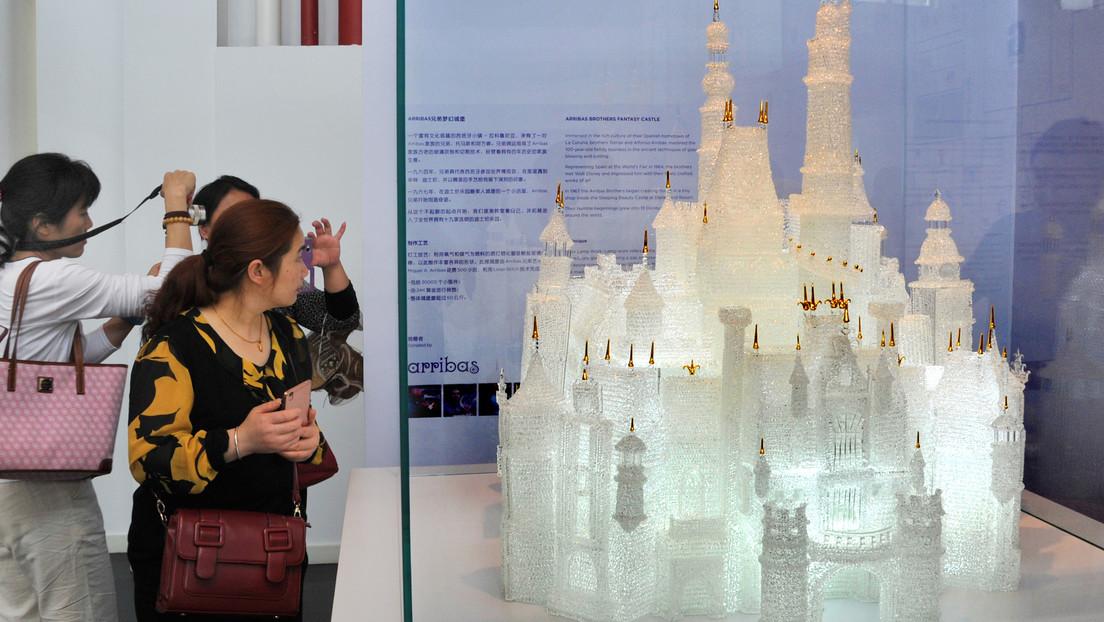 Dos niños rompen la escultura de cristal más grande del mundo