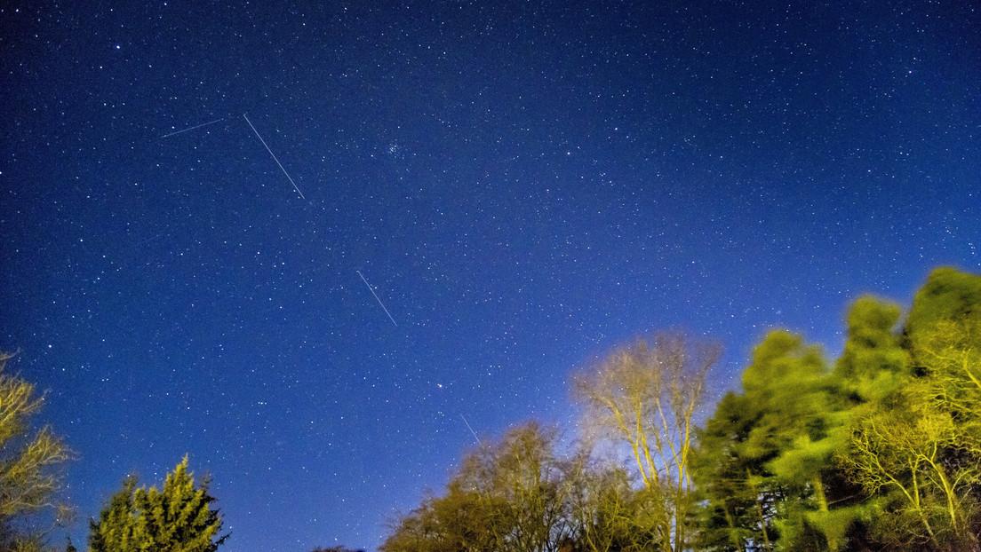 FOTO: Los satélites de Elon Musk estropean la imagen perfecta del cometa NEOWISE