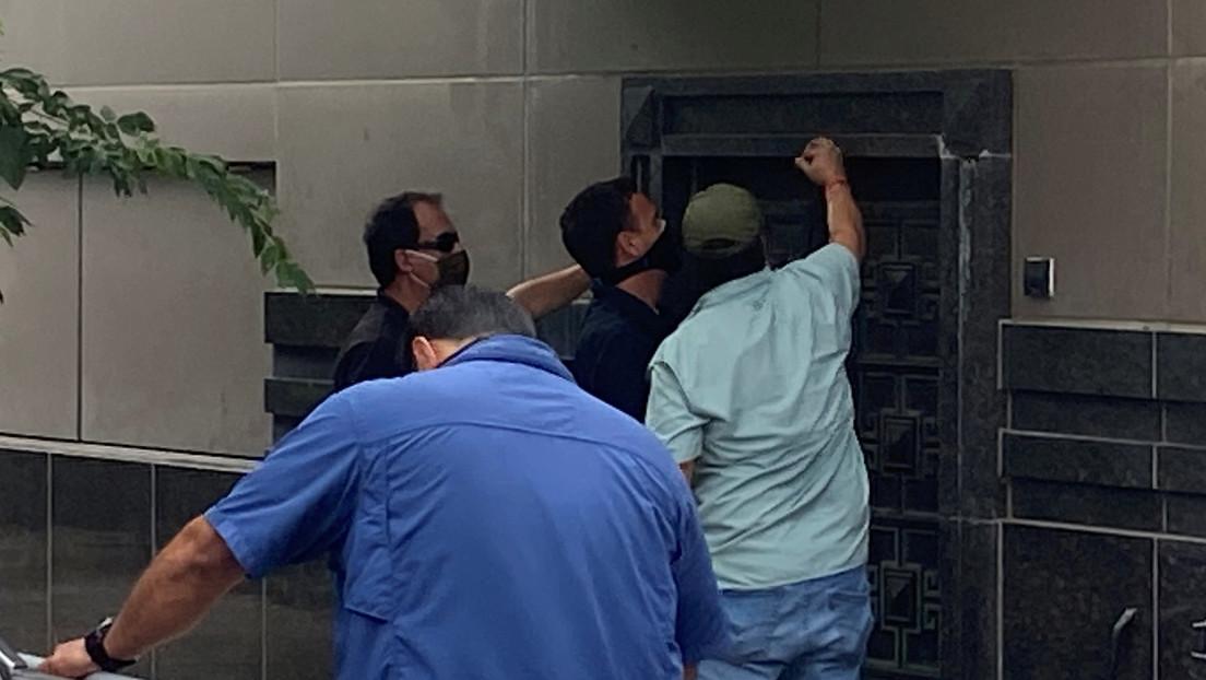 Funcionarios estadounidenses fuerzan la puerta trasera del consulado de China en Houston tras el cierre