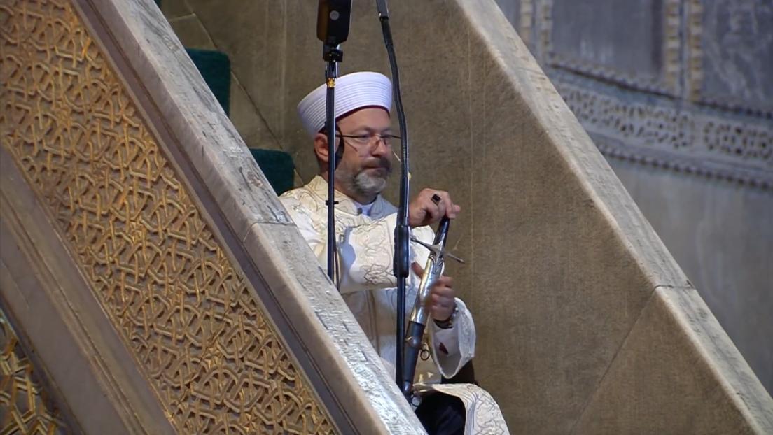 VIDEO: Jerarca religioso turco sube la escalera del púlpito de Santa Sofía con una espada otomana