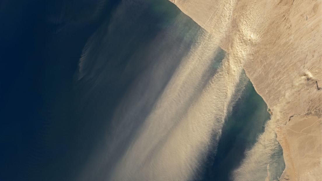 Imágenes por satélite muestran una gran tormenta de polvo 'inundando' el océano Atlántico
