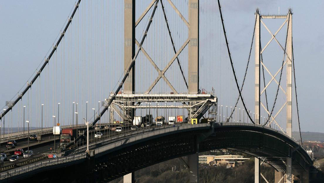 Joven escala un puente de más de 150 metros de alto para tomarse una selfi y termina arrestado (VIDEO)