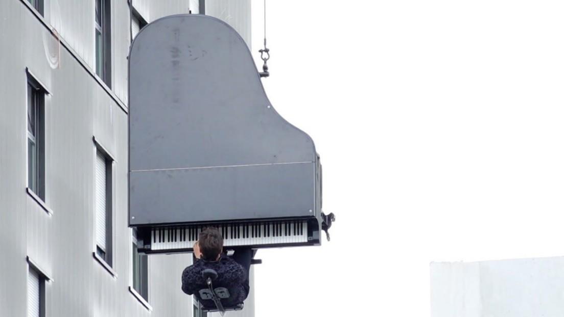 VIDEO: Un músico toca el piano colgado de una grúa a 40 metros de altura