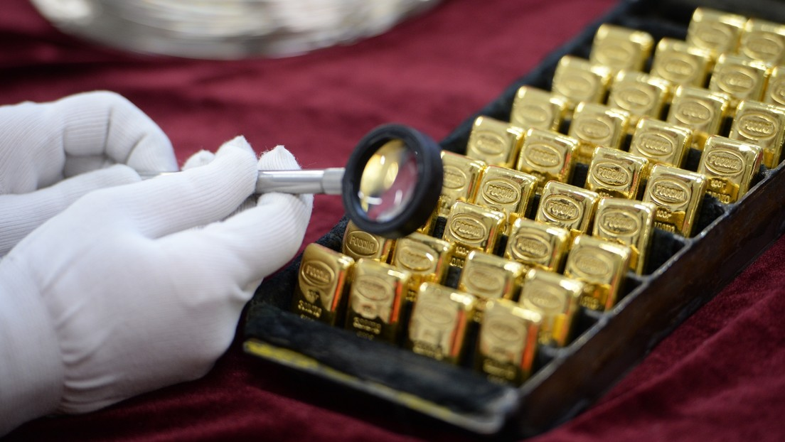 El oro alcanza su máximo histórico a medida que el dólar se hunde: ¿por qué y cuál es el pronóstico para el futuro?