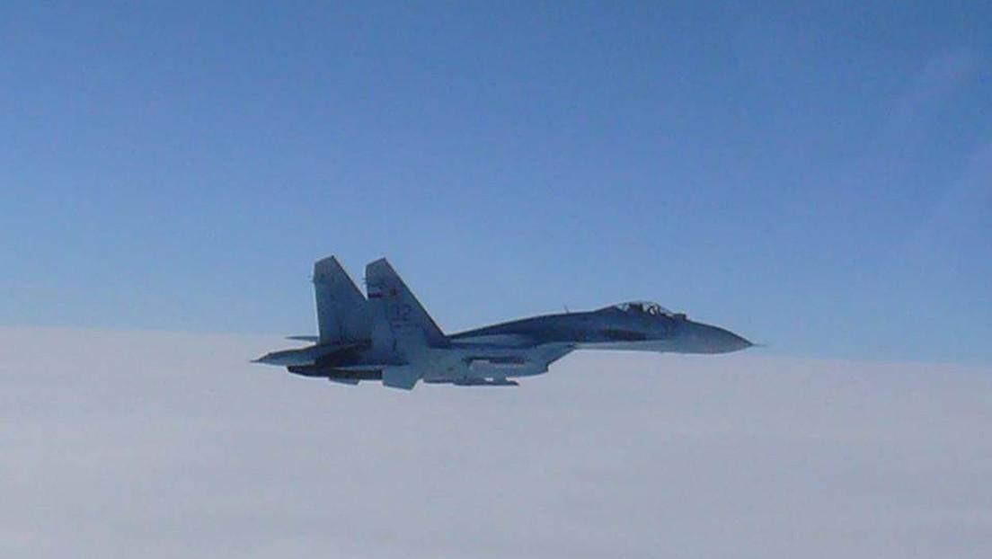 Un caza Su-27 ruso intercepta un avión de reconocimiento estadounidense sobre el mar Negro