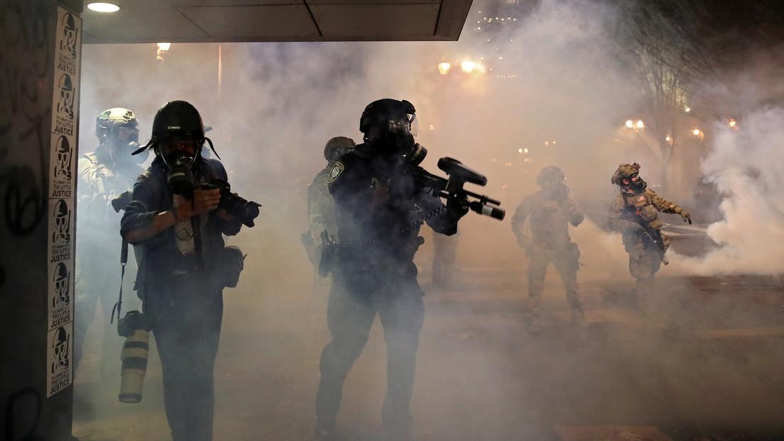 """Demandan a la administración Trump por usar gases lacrimógenos y balas de goma contra """"manifestantes pacíficos"""" en Portland"""