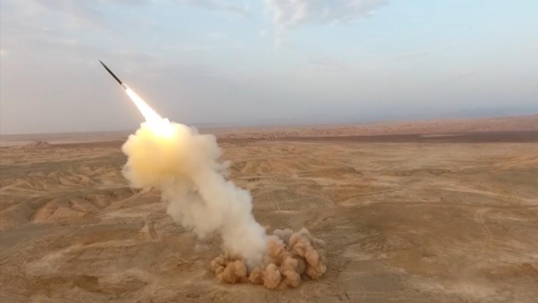 """VIDEO: Irán lanza """"por primera vez en el mundo"""" misiles balísticos """"desde las profundidades de la tierra"""" y bombardea una isla durante ejercicios"""