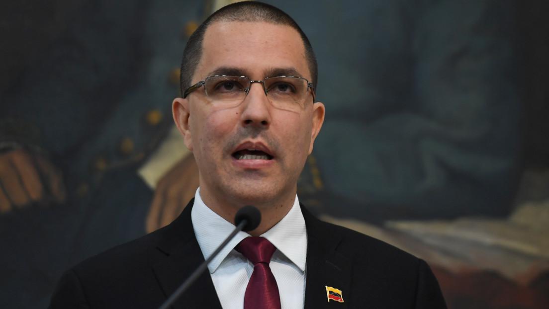 """Arreaza califica como """"otro falso positivo"""" la denuncia de Colombia sobre ataque a su Consulado en Venezuela thumbnail"""