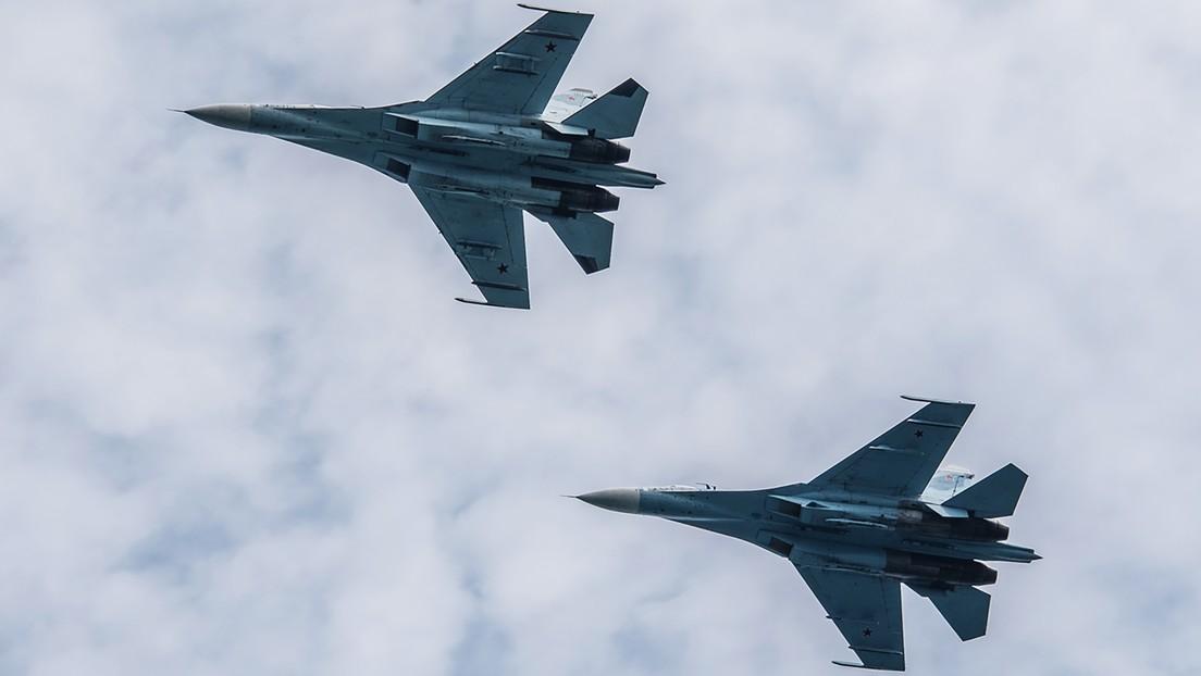 Un caza ruso Su-27 intercepta un avión de reconocimiento de EE.UU. sobre el mar Negro
