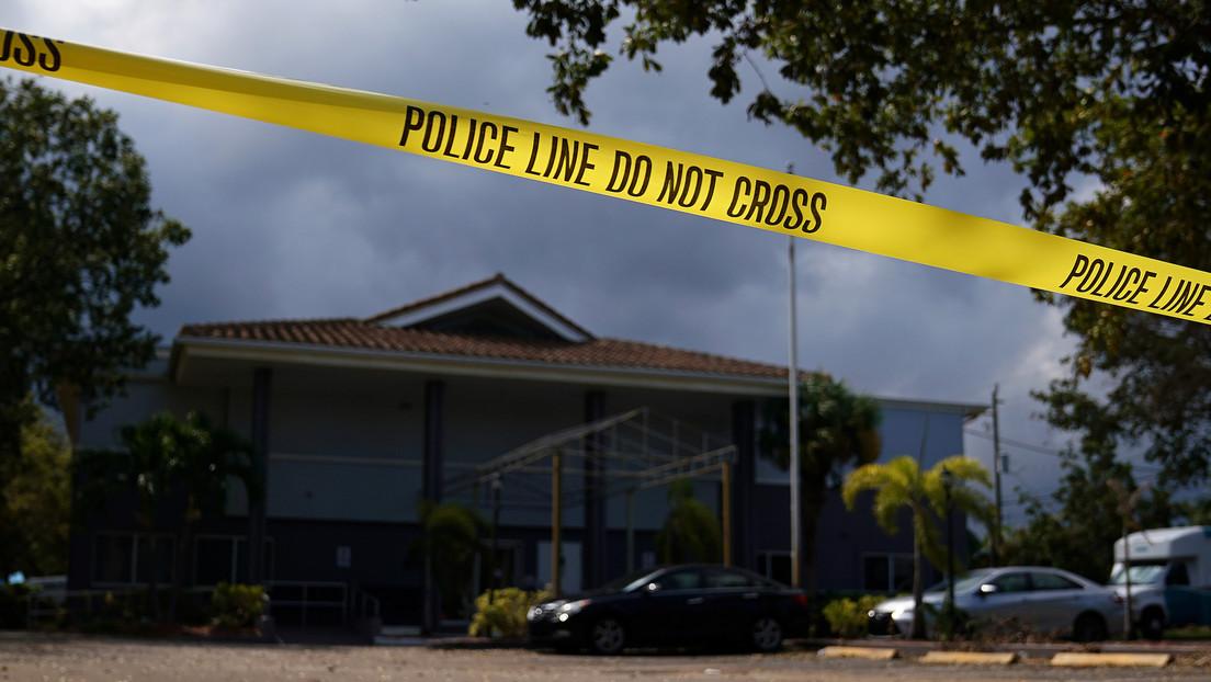 Un niño se esconde en un baño y logra llamar al 911 mientras un ladrón mata con un bate a su abuelo y su tío en EE.UU.