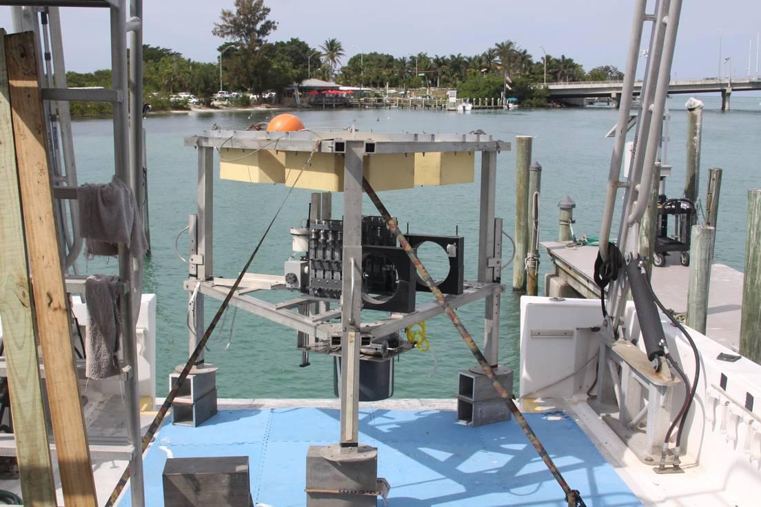 El aparato utilizado durante la exploración del agujero azul 'Amberjack Hole' para recopilar datos y muestras desde su fondo.