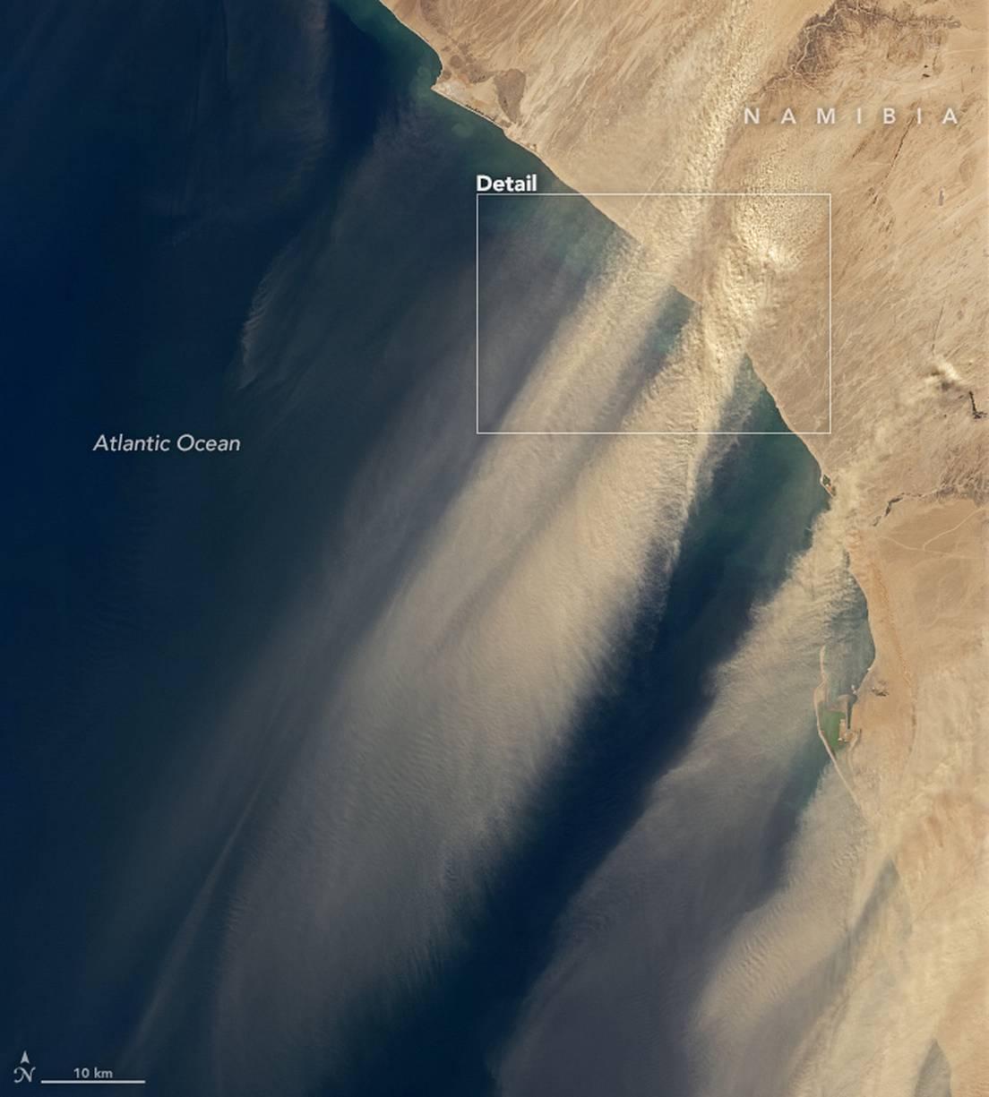 Vientos de Berg llevan arena sobre el Océano Atlántico.