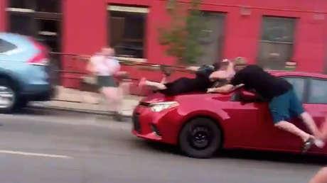 Un auto atropella a una manifestante de Black Lives Matter y se la lleva sobre el capó (VIDEO)