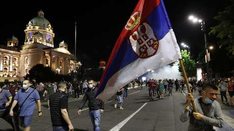 VIDEO: Manifestantes contra el toque de queda por el covid-19 toman por asalto el Parlamento de Serbia