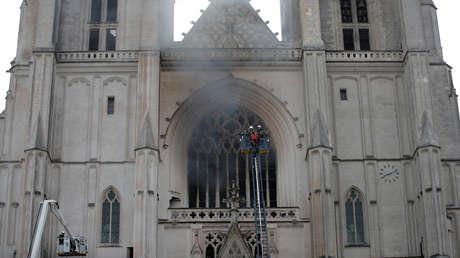 VIDEO: Se desata un incendio en la histórica catedral de Nantes, una de las iglesias góticas más grandes de Francia