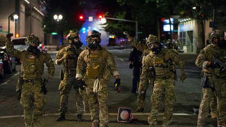 """El alcalde de Portland denuncia a Trump por utilizar a agentes federales como """"su ejército personal"""" tras una ola de detenciones extrajudiciales"""