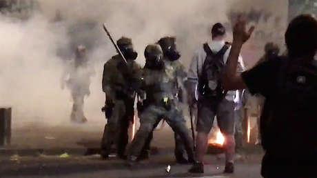 VIDEO: Policías federales emplean porras y gas pimienta contra un manifestante durante las protestas en Portland, pero este parece no estar preocupado