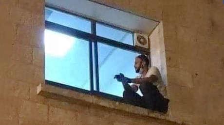 FOTO: Un hombre trepa la pared de un hospital para despedirse de su madre antes de que fallezca por covid-19