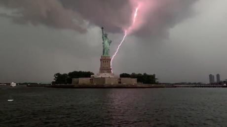 VIDEO: El instante en que un rayo impacta varias veces en la Estatua de la Libertad