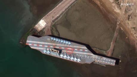 FOTOS: Irán traslada una maqueta de un portaviones estadounidense hasta el estrecho de Ormuz