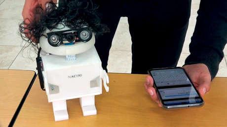 Nacho, el robot diseñado en Ecuador para enseñar a los niños a leer y escribir, que está inspirado en un libro escolar