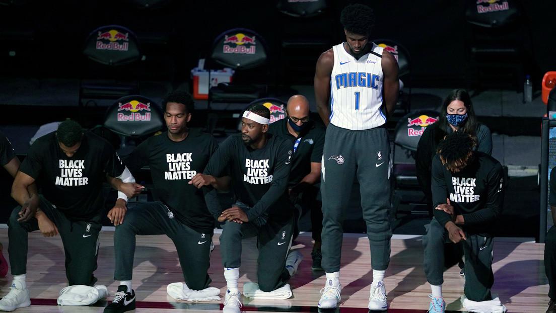El primer jugador de la NBA que no se arrodilla ni usa la remera de Black Lives Matter sufre una grave lesión y sale en silla de ruedas