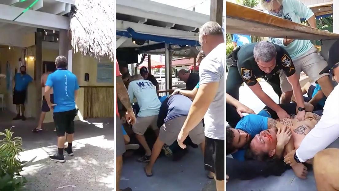 VIDEO: Un supremacista blanco con esvásticas tatuadas irrumpe en un restaurante y derriba a una empleada