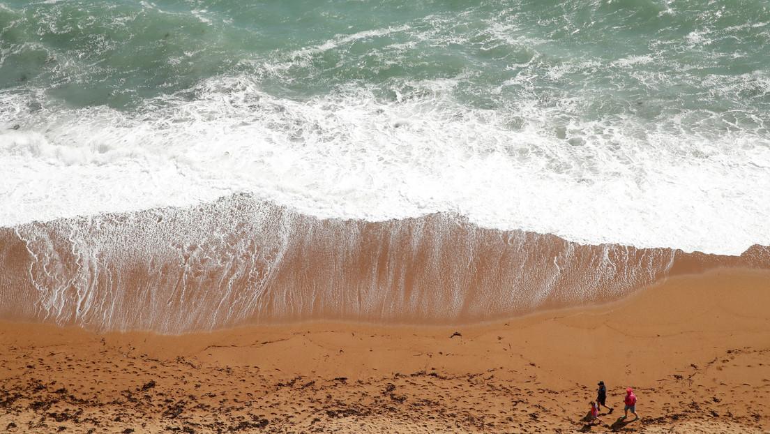 Padre salvó a tres de sus hijos que se ahogaban en el mar, pero él murió — El peor final