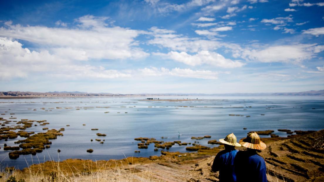 Hallan una figurilla de llama y una lámina de pan de oro en un cofre al fondo del lago Titicaca thumbnail