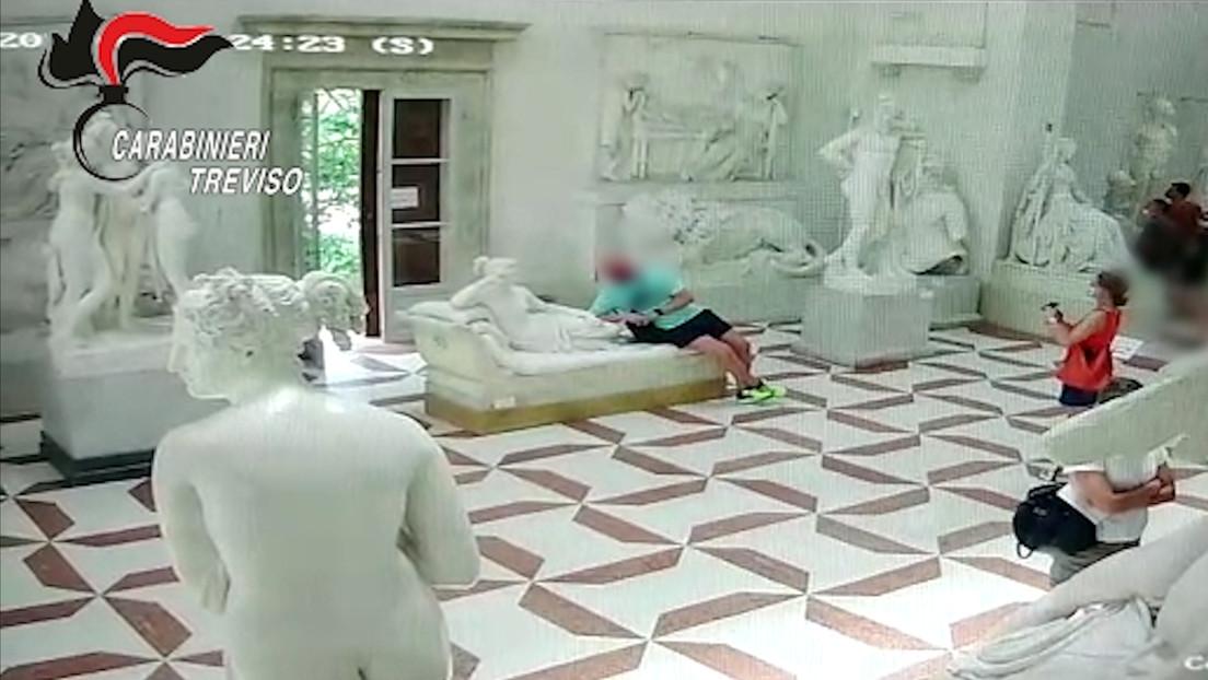 VIDEO: Un turista rompe un pie de una escultura del siglo XIX mientras posa para una foto en un museo de Italia