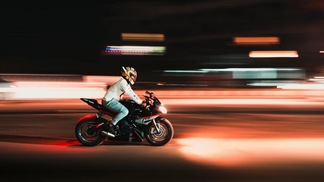 VIDEO: Coche embiste mortalmente a un hombre durante una carrera ilegal de motos