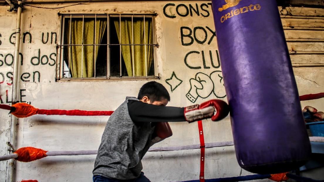 El ring de la estación': la lucha de un club de boxeo oculto entre trenes que ayuda a niños de la calle en Argentina