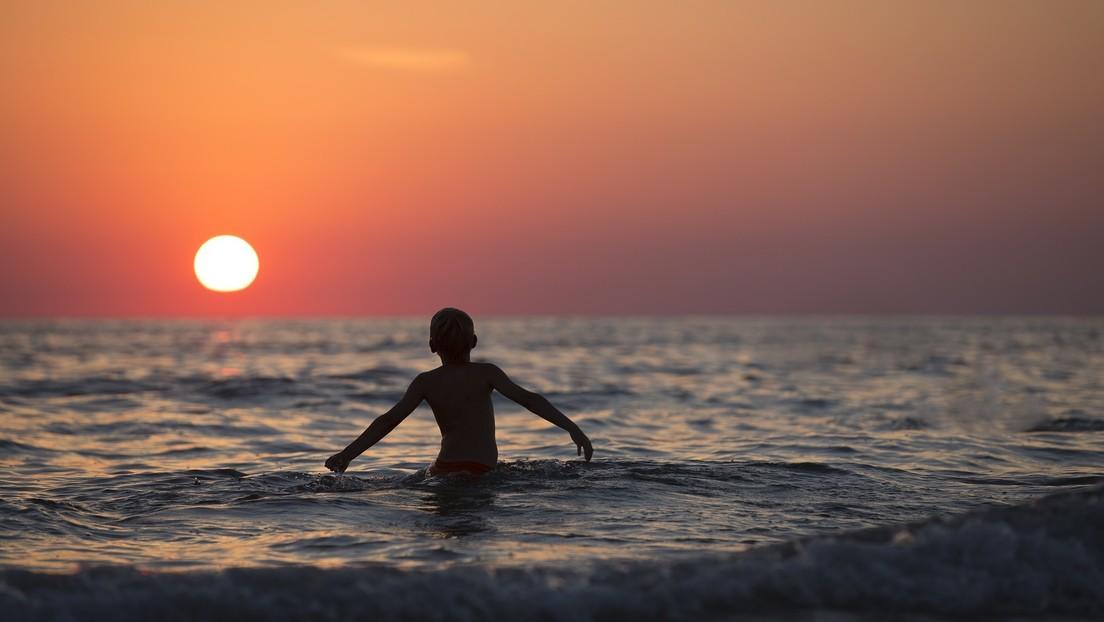 Rescatan a un niño que logró sobrevivir en el mar tras seguir un consejo visto en la televisión