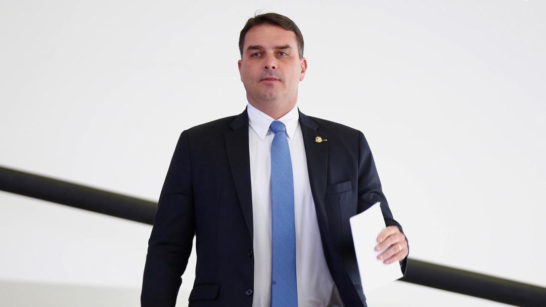 El hijo mayor de Bolsonaro admite que su exasesor le pagaba las facturas personales, pero niega el uso de dinero ilícito