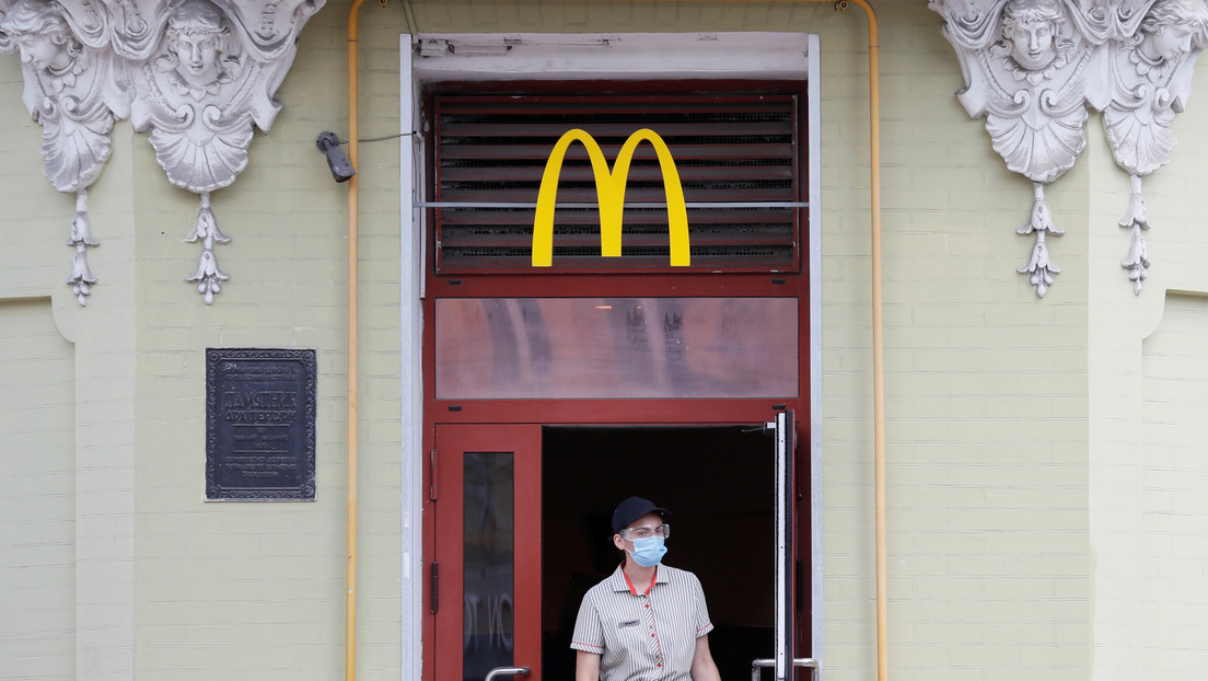 Consumidora descubre un cubrebocas en sus nuggets de McDonald's