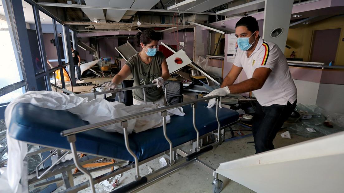 FOTO: Una enfermera porta a tres recién nacidos en un hospital destruido por la explosión de Beirut