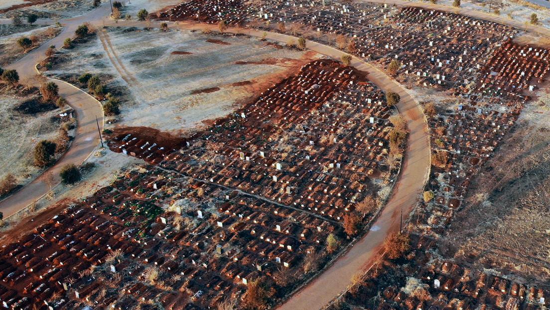 Cavan centenares de fosas en un cementerio de Sudáfrica mientras aumenta el número de víctimas del coronavirus en el país (FOTO)