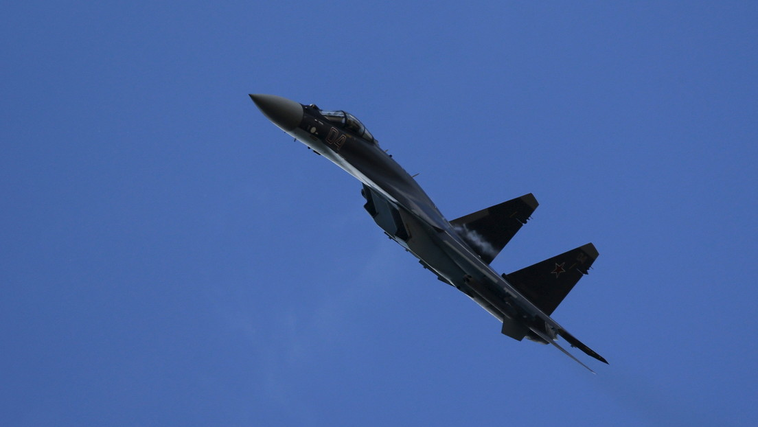 Tres cazas rusos Su-35 interceptan y escoltan a un bombardero estratégico de EE.UU. en el Lejano Oriente de Rusia