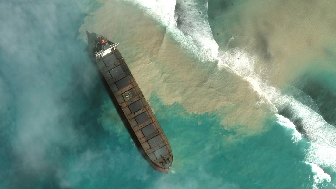 Las cristalinas aguas de la isla de Mauricio se tiñen de petróleo tras encallar un carguero (FOTOS, VIDEO)