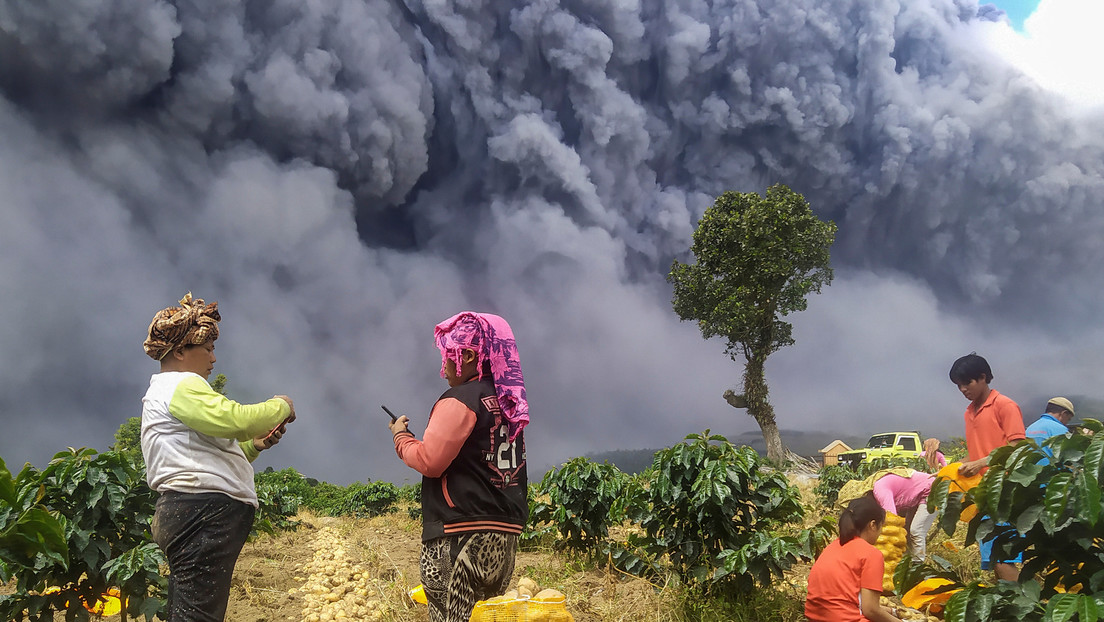 VIDEOS: El volcán Sinabung arroja una gigantesca columna de ceniza haciendo que 'anochezca' en pleno día