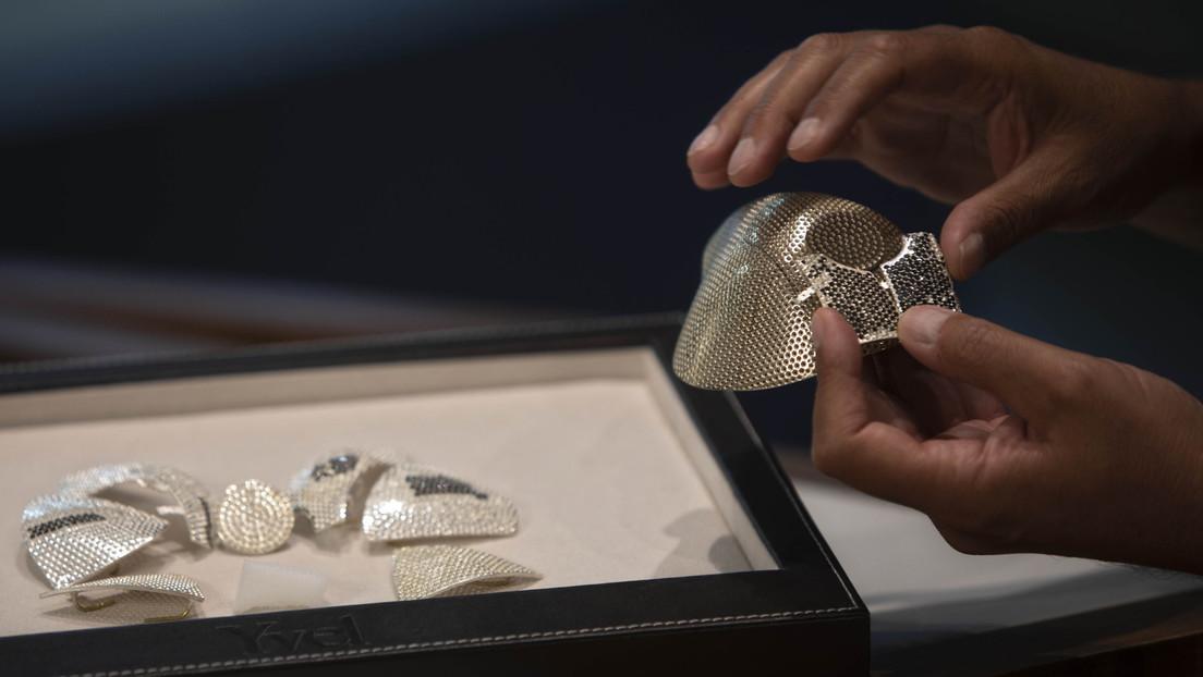 Muestran la mascarilla contra el coronavirus más cara del mundo, hecha con 3.600 diamantes (FOTOS)