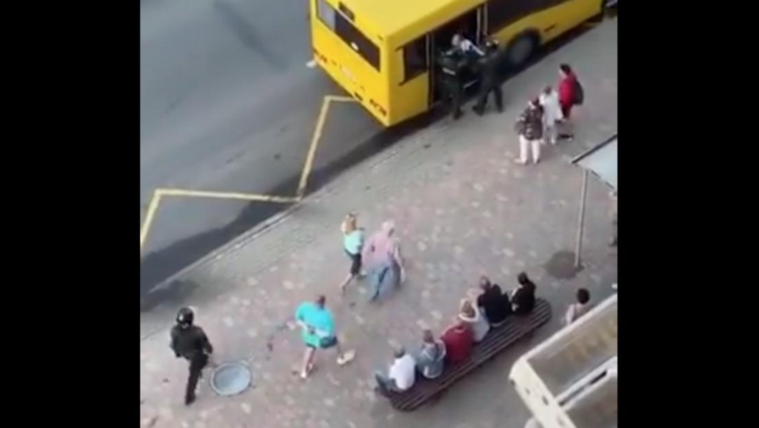 VIDEO: Policías se confunden e intentan subir a un manifestante en un autobús urbano en vez de un furgón policial durante las protestas en Bielorrusia